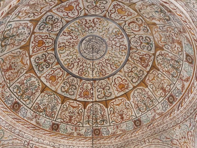 Rijk versierd plafond moskee Xhamia Et'hem Bej