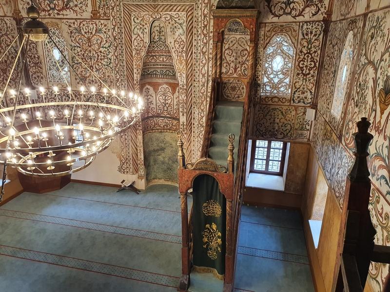 Rijk versierd interieur moskee Xhamia Et'hem Bej, met trappetje naar spreekgestoelte