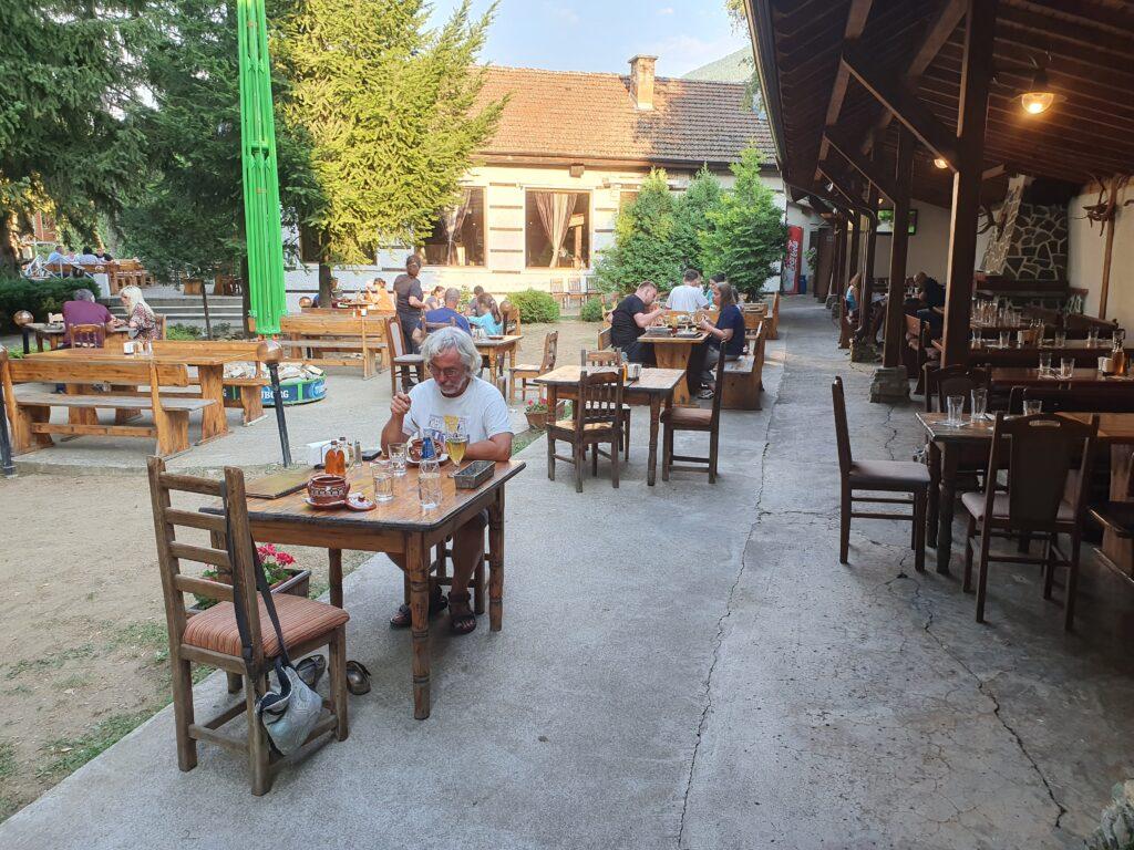 Terras met houten meubels van restaurant Panichiste.