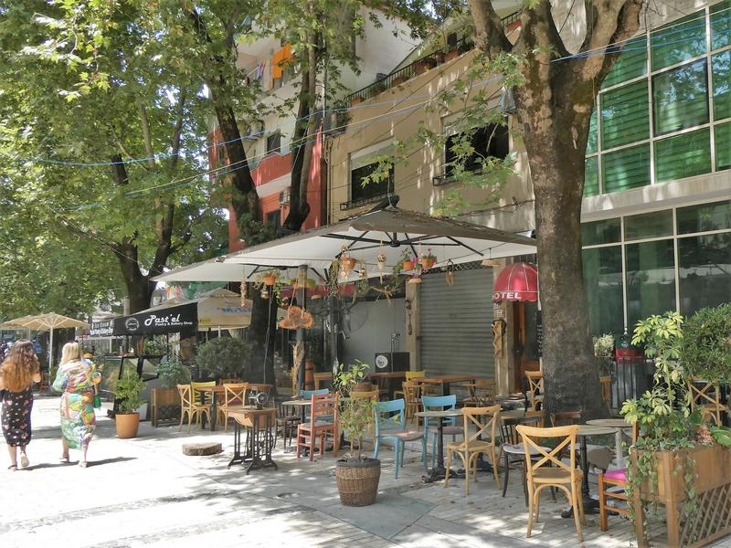 Terras Murat Toptani Street met schaduw van bomen