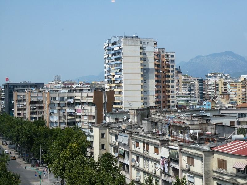 Uitzicht vanuit Toptani Shopping Center op flatgebouwen
